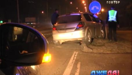 На столичном проспекте Победы Opel врезался в столб