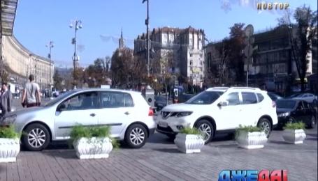 Клумбы на Крещатике не останавливают безответственных парковщиков