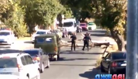 Одесские полицейские помогли освободить дорогу от дерева