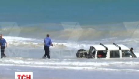 Аби втекти від поліції, австралійський порушник поїхав на авто в океан