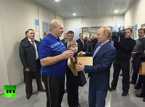 Путін і шолом від Лукашенка