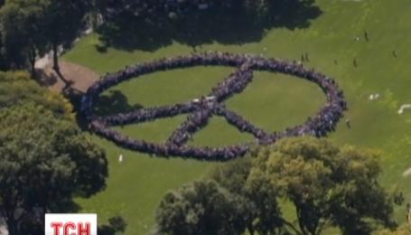 Фанаты Джона Леннона выстроились в гигантский символ мира