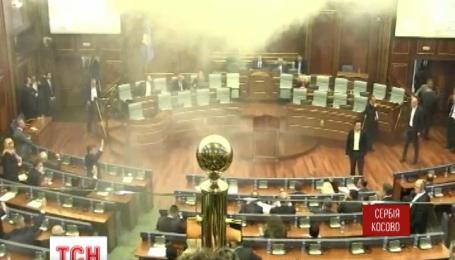 Парламент Косово забросали дымовыми шашками