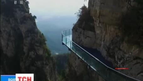 В Китае под ногами туристов треснул стеклянный мост