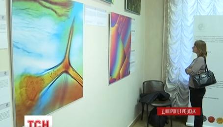 У Дніпропетровському художньому музеї виставлені неймовірні картини під мікроскопом