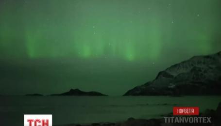 Норвежскому оператору удалось заснять китов под северным сиянием