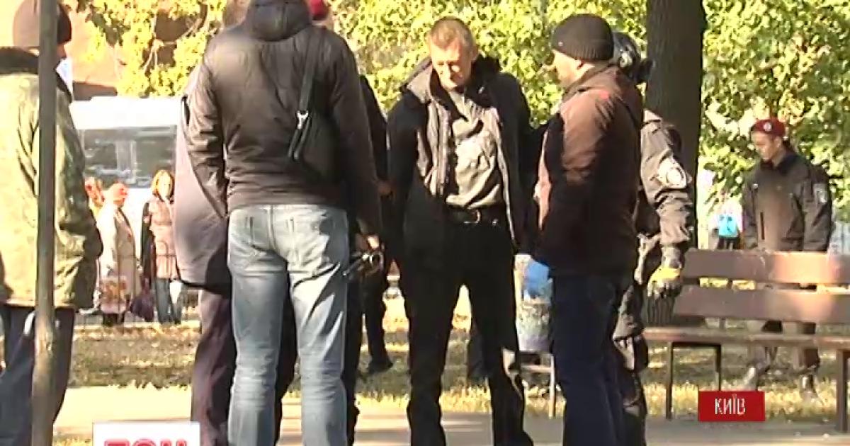 """На месте стрельбы возле метро """"Житомирская"""" найдены граната и автомат Калашникова"""