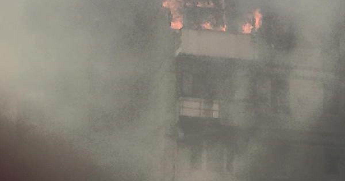 После взрыва в многоэтажке возник пожар.