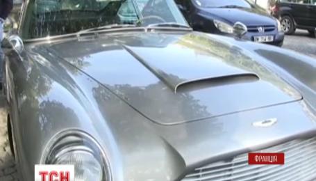У Парижі пройшов парад автомобілів Агента 007
