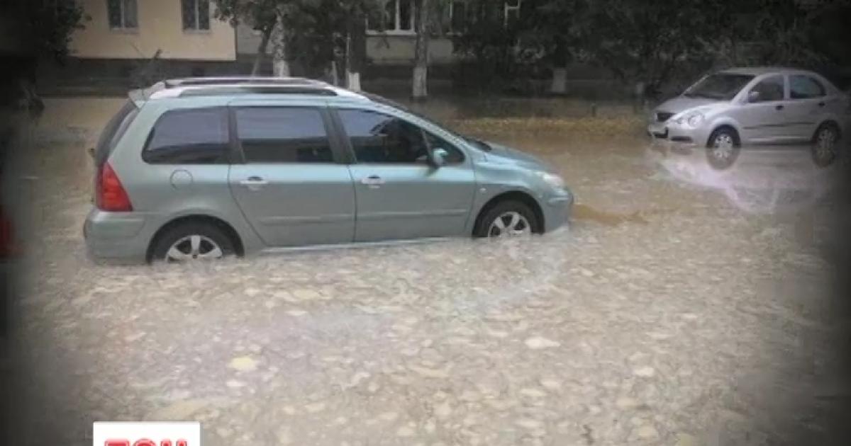 Из-за прорыва водопровода в Киеве на дороге образовалось огромное озеро