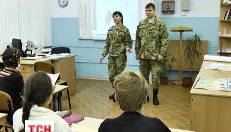 Морские пехотинцы провели урок мужества в николаевской школе