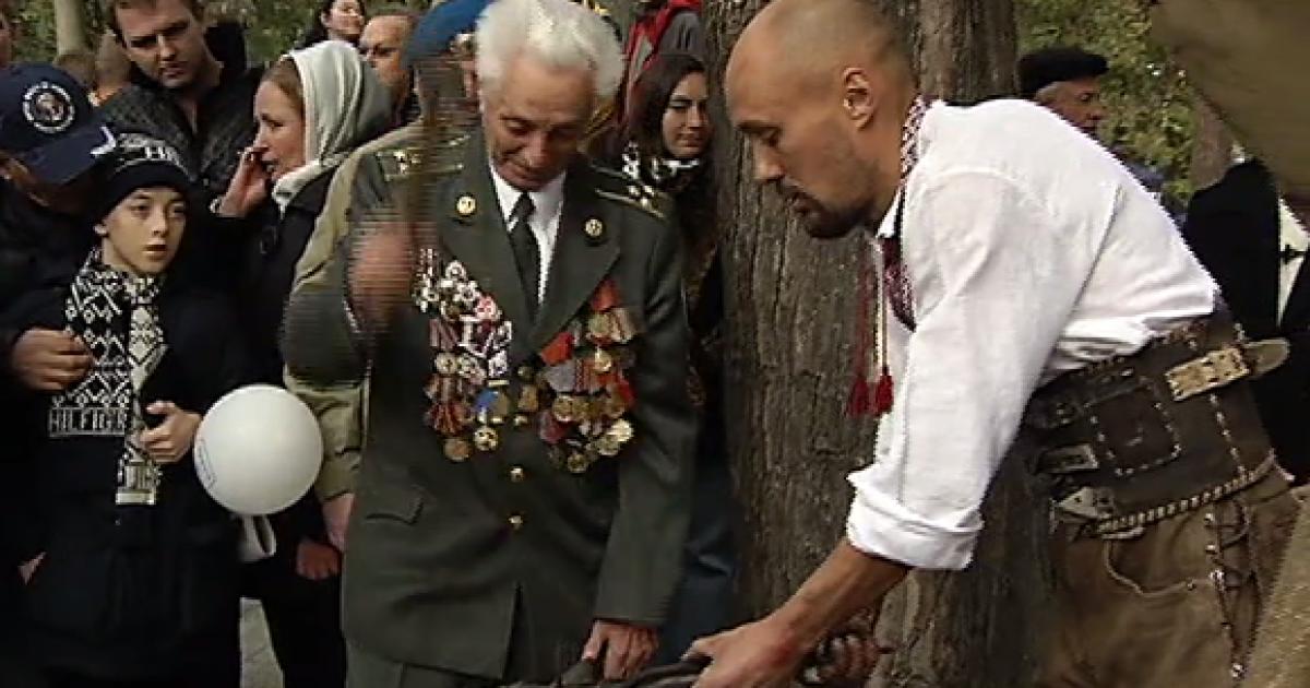 В Киеве военные-ветераны трех поколений сковали символ Защитника Отечества