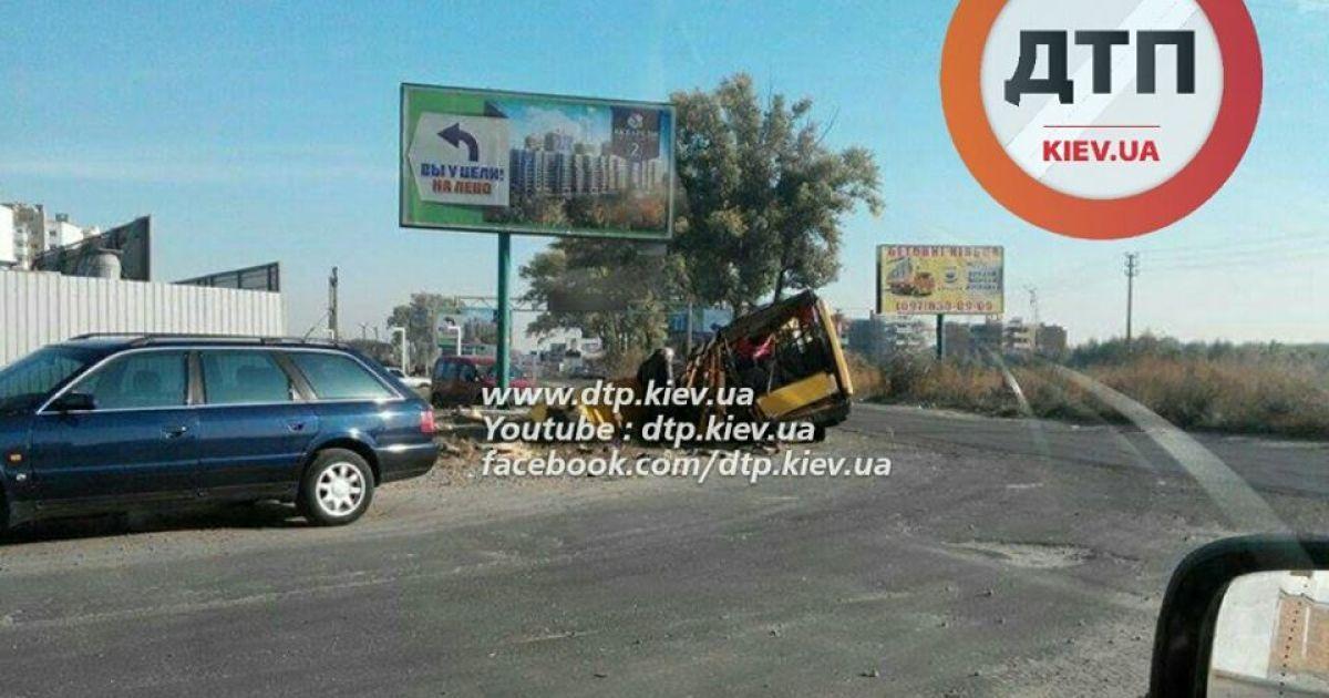Легковик на великій швидкості протаранив маршрутку @ facebook.com/dtp.kiev.ua