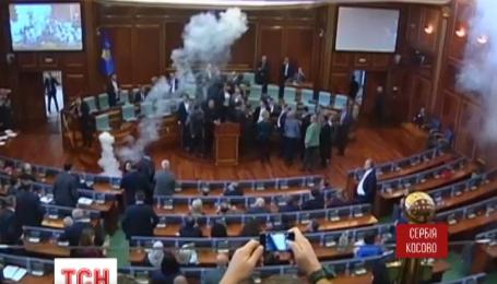 В парламенте Косово оппозиция снова забросала оппонентов дымовыми шашками