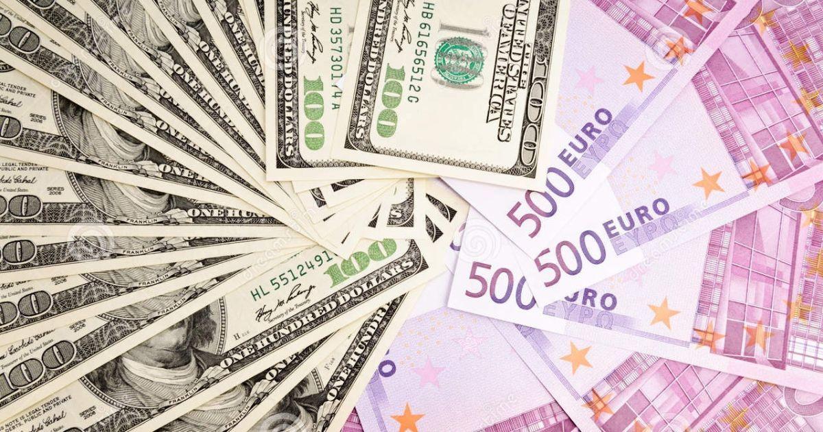 """Валютные """"качели"""": после вчерашнего резкого подорожания доллар и евро потеряли в цене"""