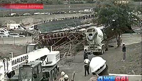 В Южной Африке обрушился мост над скоростным шоссе. Международный обзор