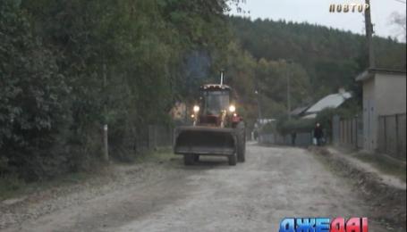 На Тернопольщине люди требуют ремонта дороги, которую якобы уже ремонтировали