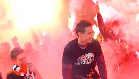 Динамо - Шахтар: вболівальники палили та запускали піротехніку