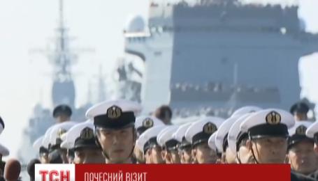 Японский премьер впервые в истории поднялся на борт американского авианосца