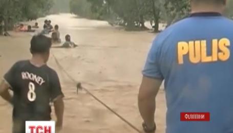 Філіппіни потерпають від руйнівного тайфуну «Коппу»