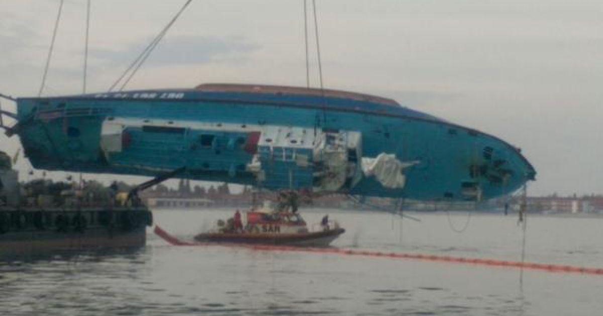 """Затонувший возле Затоки катер """"Иволга"""" вытащили из моря"""
