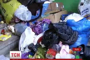 Во Львове женщина годами не выходила на улицу, потому что ее квартира до отказа забита мусором
