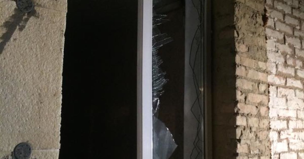 От взрыва в соседних домах повылетали окна, а с крыш сорвало шифер. @ Фото Валерии Ковалинской/ТСН