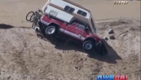 В Южной Калифорнии две сотни автомобилей попали в земляную ловушку