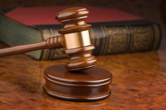 На ношах до суду: підозрюваний у справі про нелегалів заснув на оголошенні рішення про арешт