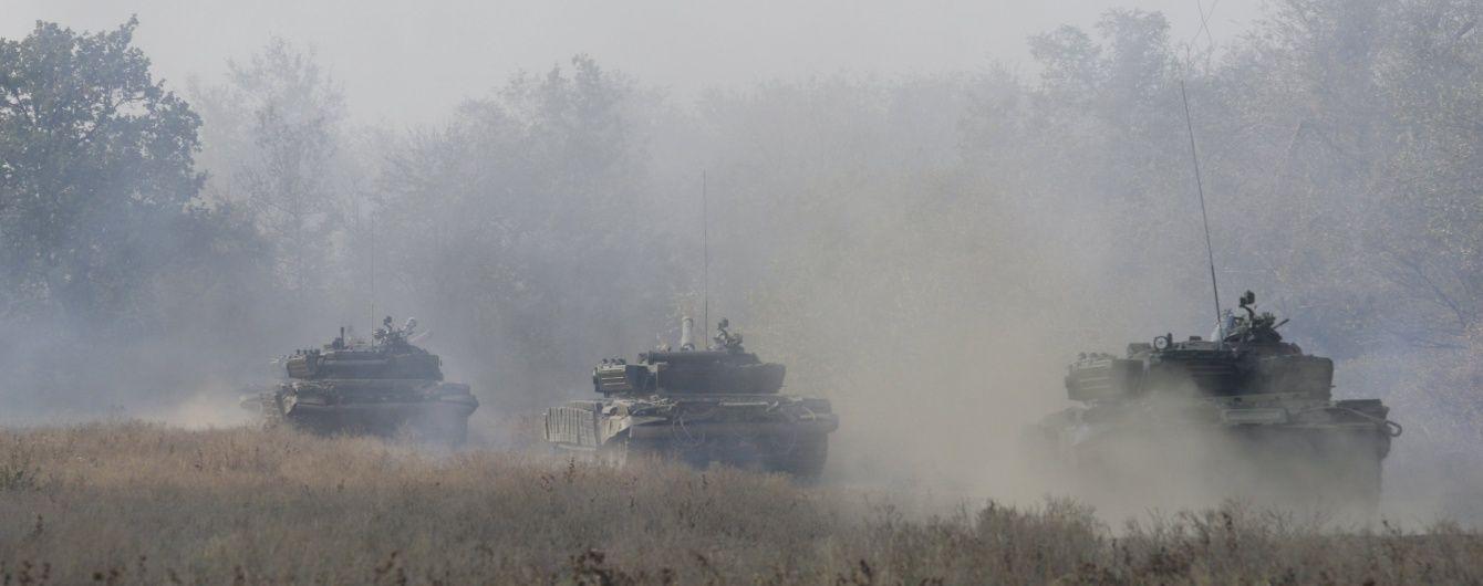 ЗМІ опублікували відео, як десятки російських танків їдуть в Україну