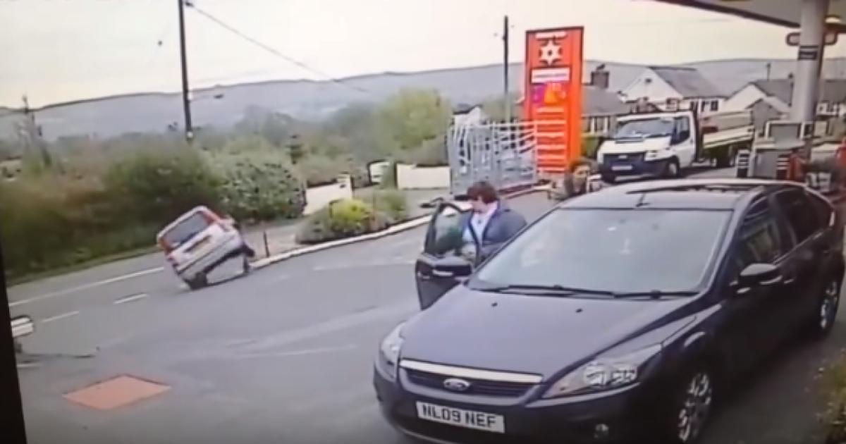 Камера наблюдения зафиксировала безумный автомобильный трюк пенсионерки