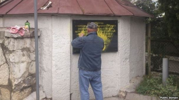 В окупованому Криму вандали спаплюжили меморіал кримських татар