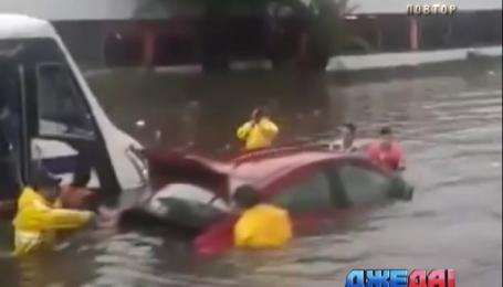 В Мексике дороги залили полуметровые реки