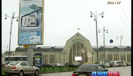 Хаотическое движение на площади перед железнодорожным вокзалом должны упорядочить