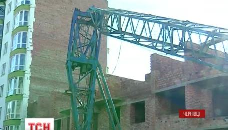 В Черновцах прямо посреди жилого комплекса упал строительный кран