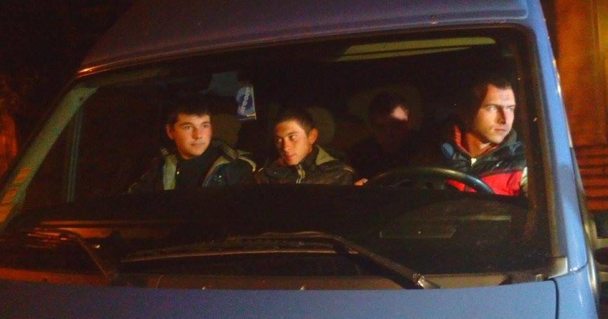 """К ТИК приехали микроавтобусы с """"титушками"""" @ Фото Натальи Нагорной/ТСН"""