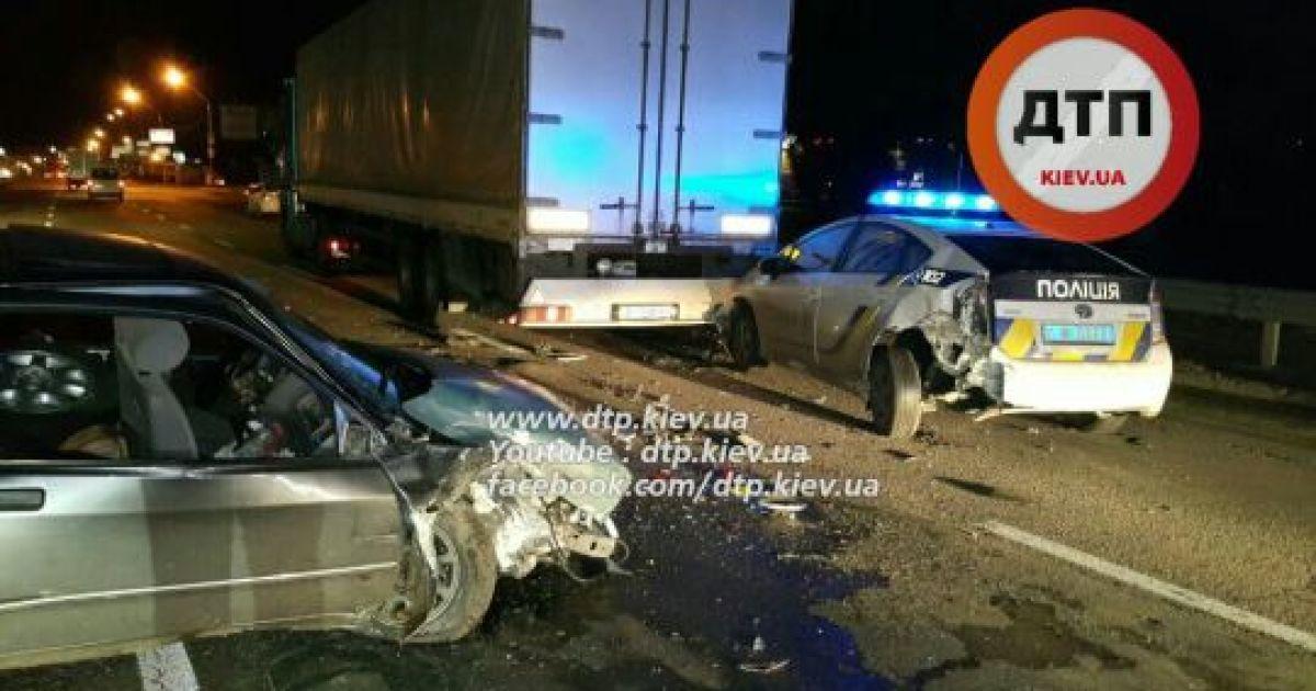 В Киеве авто патрульной полиции въехало в грузовик