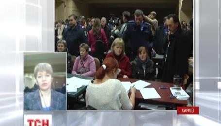 В Харькове члены избирательных комиссий сдавали протоколы с потасовками и спорами