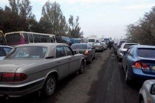 """На пропускних пунктах """"Зайцеве"""" і """"Мар'їнка"""" накопичилося близько 700 авто"""