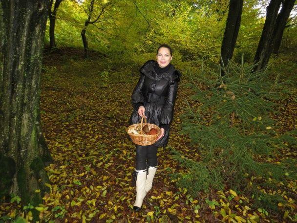 Влада Литовченко сходила за грибами в ліс у чоботях за 20 тисяч грн від Chanel
