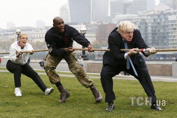 Мер Лондона заради благодійності в діловому костюмі валявся на траві та перетягував канат