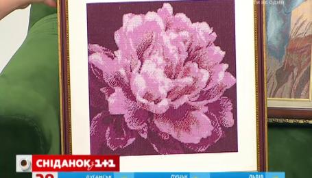 Выпускающий редактор «Завтрака с 1+1» научила Руслана Сеничкина вышивать