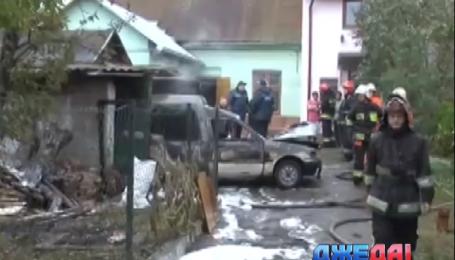 Во Львове сгорел легковой автомобиль в гараже