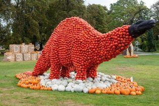 В Германии гигантских динозавров украсили сотней тысяч тыкв