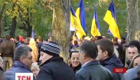 В Одессе целый день продолжается митинг под зданием Административного окружного суда