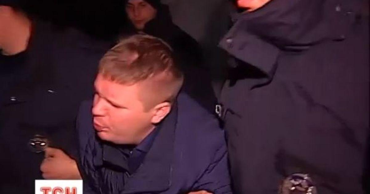 Журналісти розшукали молодиків, які напали на поліцейського у Києві