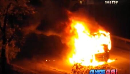 На кольцевой дороге вблизи столицы загорелся лесовоз