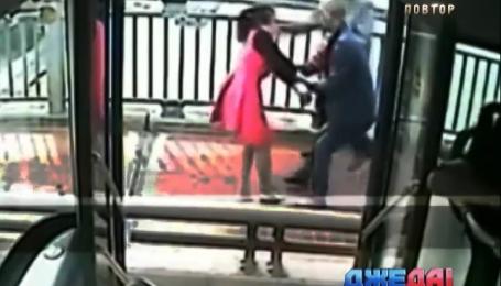 Водитель автобуса в Поднебесной спас женщину, которая хотела прыгнуть с моста