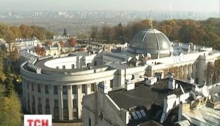 Купол Верховной Рады Украины с сегодняшнего дня украшает трезубец
