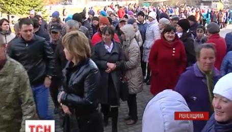 На Рівненщині батьки школярів влаштували страйк
